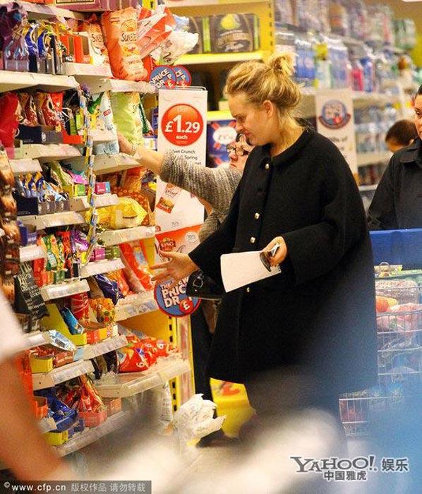 阿黛尔素颜现身超市血拼 狂买膨化食品满载而归