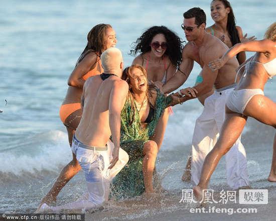 洛佩兹海边拍摄mv 穿肉色比基尼似全裸