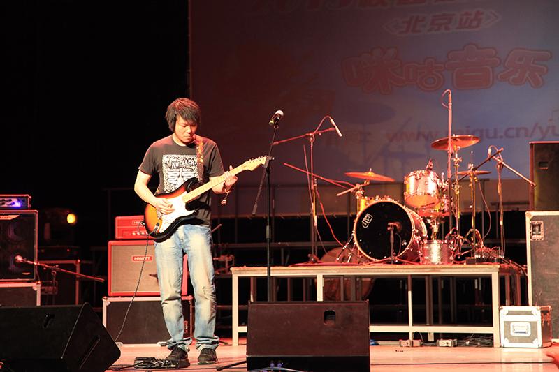 """吉他大师Michael Angelo 每一个看过Michael Angelo现场的人都会露出不可思议的表情,也都会情不自禁的举起双手向这位吉他大师敬上一个摇滚礼。5月22日,""""咪咕音乐-2013校园原创音乐大赛""""(北京站)初赛第十三场在北京林业大学举办,世界第一速度吉他大师""""无影手""""Michael Angelo,唐朝乐队吉他手陈磊,郑钧乐队吉他手姚林齐聚北林田家炳体育馆,共同担任当场比赛的评委。当晚,Michael Angelo上演迷幻蝴蝶手,陈磊姚林演绎"""