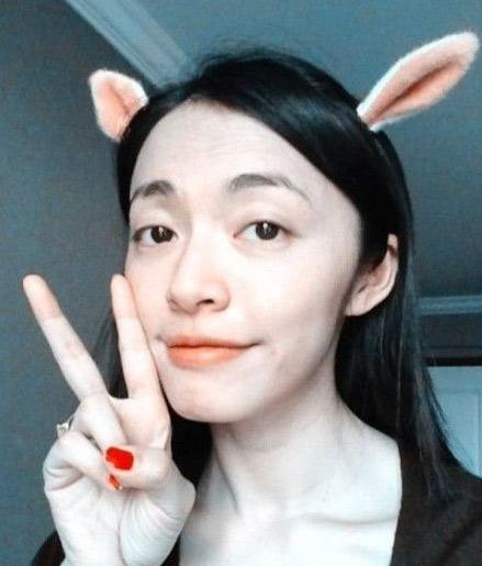 """素颜亮相,秀出自己刚买的兔耳朵头饰,还摆出""""耶""""的手势,十分可爱."""