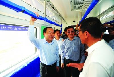 """5月16日,首列武汉造地铁列车""""木兰号"""",在武汉北车长客轨道交通有限公司正式下线。武汉市市长唐良智、副市长邵为民等与市民代表一道,兴致勃勃乘车体验。"""