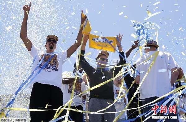 美国NBA金州勇士队举行夺冠游行庆典 黑龙江频道 凤凰网