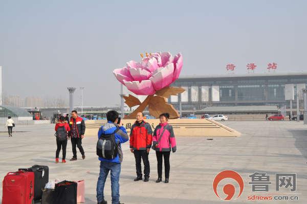 在菏泽火车站广场雕塑模型前