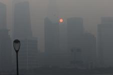 上海遭遇阴霾天气能见度低