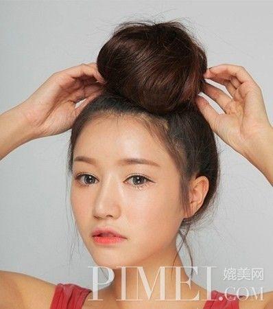 韩系丸子头步骤: 首先梳理好头发