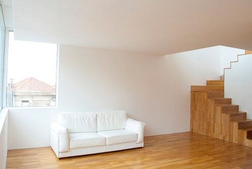 楼梯也是木地板 葡萄牙海边双层住宅给你清新感觉