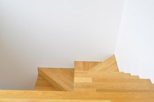 色漆料,以增加反光并且使室内看起来更为宽广.开放的楼梯间位置