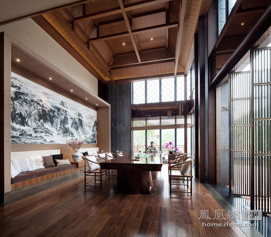 茶室各个空间用木格隔成半通透的空间,坐在包间内品香茗,心静则自凉.