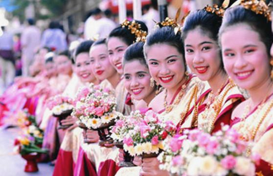 """泰国""""祈月节""""摆仙桃拜八仙"""