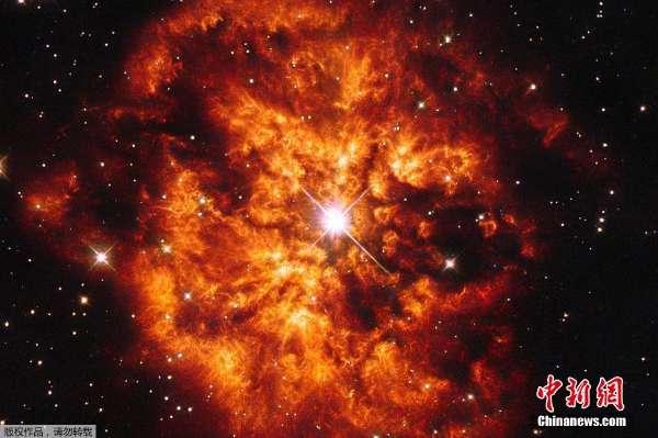 哈勃望远镜捕捉恒星与星云 二重奏 气势恢宏