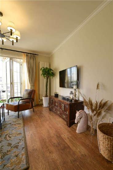 设计重点:沙发背景墙装饰 编辑点评:沙发背景墙,地毯和木柜上的植物