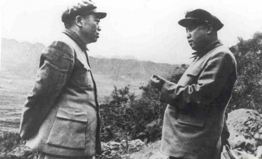 彭德怀打金日成耳光:在朝鲜战争第五次战役中,当战局形势逆转时,金日成为保存实力,不顾全局下令北朝鲜军队撤退,结果被美军所乘,致使不少志愿军陷入敌后。据近年解密的资料,原来是朝鲜第一军团顶不住敌军反击,为保存实力临阵逃脱,也不通知志愿军;难怪彭德怀拍案大骂金日成不顾大局。更有外电报道是彭大将军为数万子弟兵伤亡狠抽了金日成两大耳光。图为:彭德怀正在与金日成交谈。(图片来源:资料图,注释来源:《肇庆都市报》2011年10月14日第A7版)