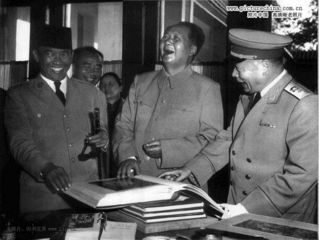 1956年9月30日,毛泽东、朱德和陈毅等同应邀访华的印度尼西亚总统苏加诺观看《苏加诺总统藏画集》时,毛泽东开怀大笑。