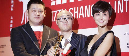 直击闭幕后台:张猛《胜利》展示奖杯 张歆艺出席