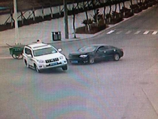 一辆白色丰田霸道车与一辆黑色的丰田凯美瑞轿车相撞,霸道车翻滚后