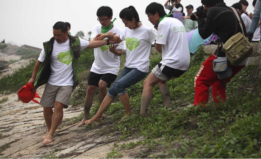 刘涛光脚踩淤泥种植红树林