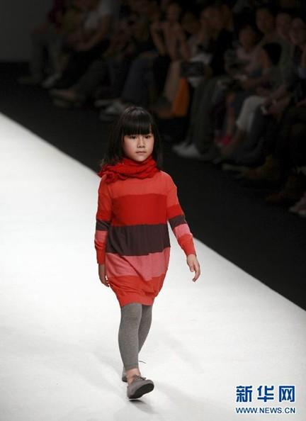 秀场继续进行,来自国内外的服装品牌竞相展示新作,众多小模特亮图片
