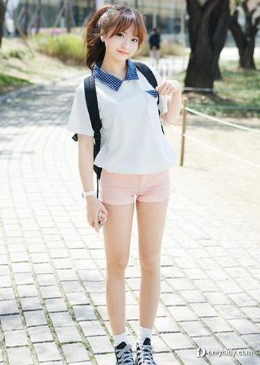 白色t恤搭配粉色短裤