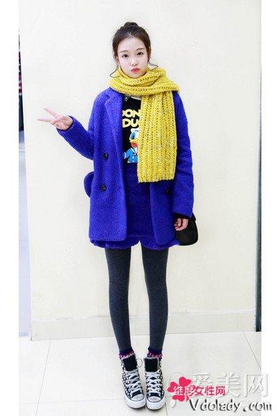 蓝色呢子大衣+灰色打底裤+黄色针织围巾+黑色帆布鞋