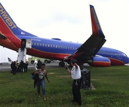 在拉瓜迪亚机场降落时前起落架倒塌