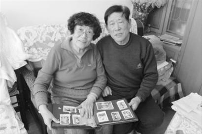 携手走过五十载的夫妻俩经常翻看年轻时的照片。