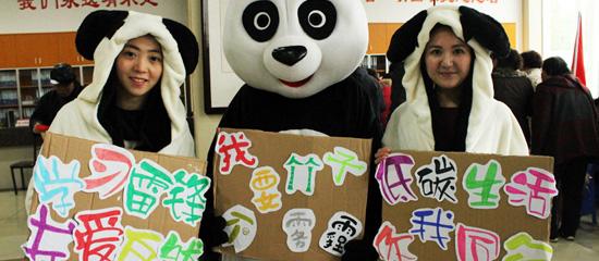 """武汉青年志愿者扮""""功夫熊猫""""拒绝雾霾"""