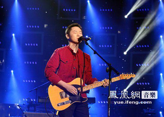 梁博携乐队登陆央视跨年 现场演唱坚持原创音乐