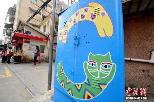 在商业街的墙上,电线杆甚至是小吃店面门口或窗台,都被粉刷上五颜六色图片