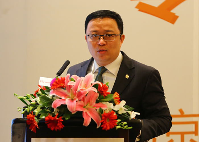 2月26日,飞洋移民关于美国芝加哥会议中心项目公告北京新闻发布会在京举行。图为发布会现场副总裁晏承志发表讲话。