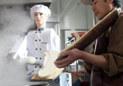 高清:削面机器人现身江西高校食堂 白衣亮相样貌英俊