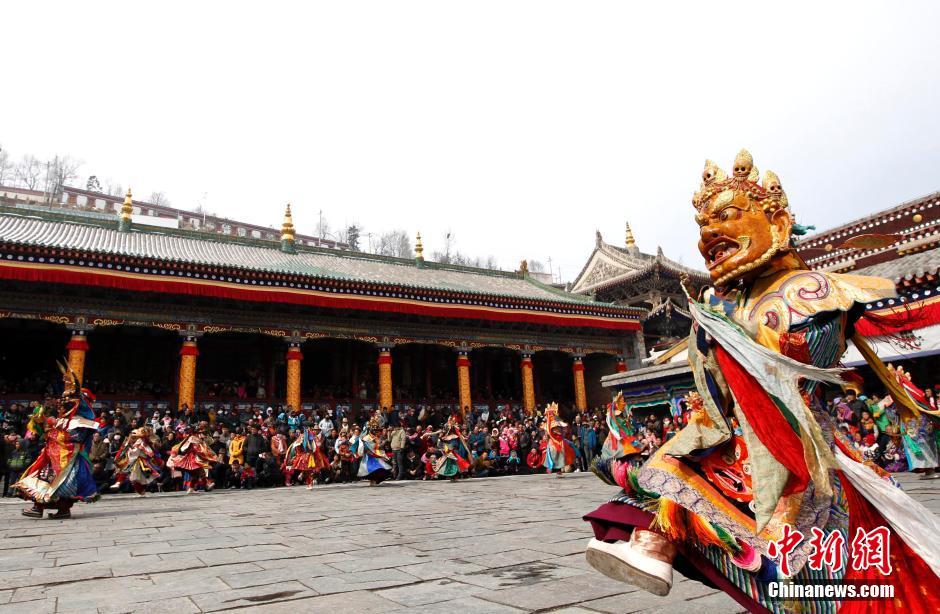 2月13日,头戴面具的年轻僧人跳神。当日,藏传佛教格鲁派创始人宗喀巴大师的诞生地青海省西宁市湟中县塔尔寺举行跳欠仪式。跳欠俗称跳神,是一种重要的宗教仪式。僧人头戴面具,身着色彩艳丽的服饰,用手势和动作表达各种佛教寓意,并由僧人用舞钹、唢呐等伴奏。中新社发 胡友军 摄