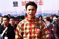 陈坤在西宁城市行走