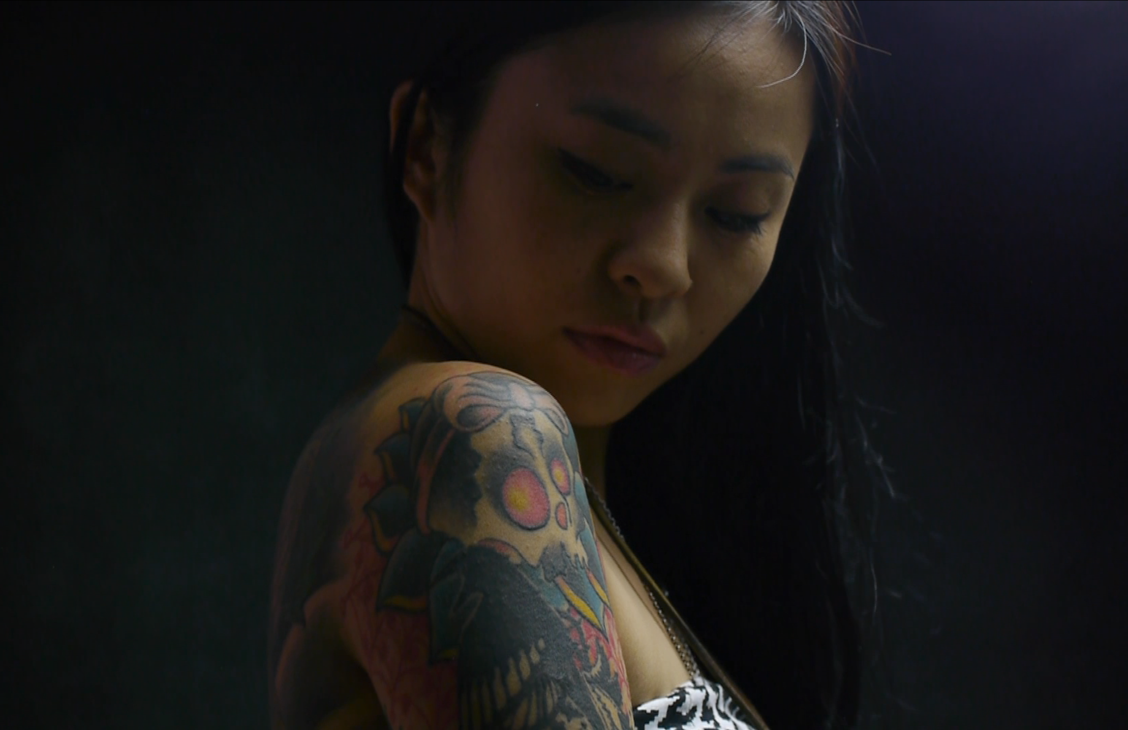 纹身者,她不仅整个后背铺满了刺绣般绚烂图案,右胳膊更镌刻她和丈夫的