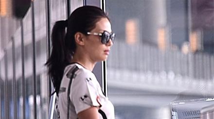 36岁刘涛轻装简行现身机场