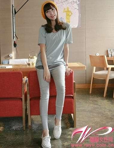 两件t恤的叠穿搭配浅灰色legging和白色运动鞋