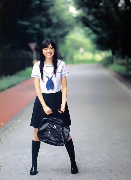 然后逐渐变成正式的制服,接着风行全国,在战前全日本的女学生全