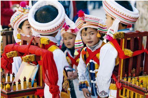 穿着民族服装的小朋友活泼可爱.