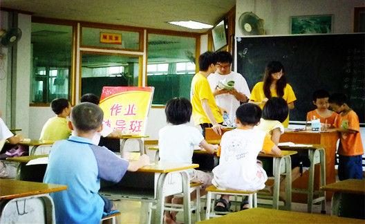 放假了 是该还孩子们一个自由的天地 还是继续去补习班