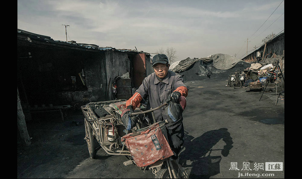 罗师傅准备骑车去送煤,他主要负责给下关地区的小吃店、饭店和早点摊送煤。罗师傅60多岁,安徽蒙城人,来南京做煤工十几年了,主要从事送煤的工作。如今子女已成家,罗师傅早早的买好车票,准备1月26日回家过年。(黄埔7号影像俱乐部/图 胥大伟/文)