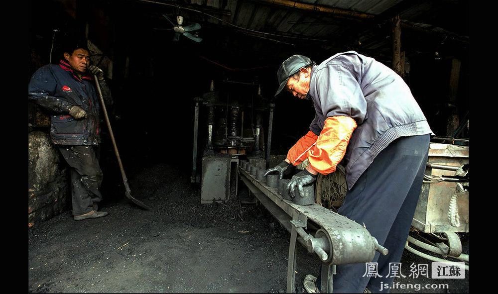 工人们的工作主要分两种,一个是送煤,另一个是打煤。打煤工是个技术活,直接决定煤的好坏。蜂窝煤太干、太潮都不好,都要扔掉。图为:罗师傅(右)在挑选蜂窝煤,把不合格的挑出来扔碎再重做。(黄埔7号影像俱乐部/图 胥大伟/文)