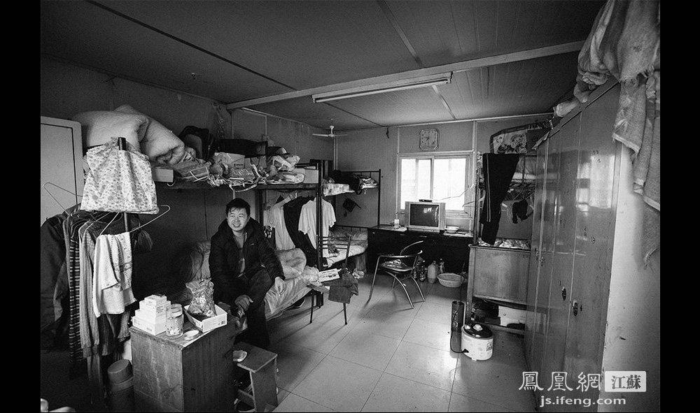 澡堂员工们的宿舍。人民浴室提供职工宿舍和食堂,宿舍分两种:一种是单间(夫妻房)50元/月,另一种是集体宿舍,一般2-4人/间,费用是20元/月,水电费全免。因为待遇不错,老板说能留得住人。(智德商旅--黄埔7号影像俱乐部/图 胥大伟/文)