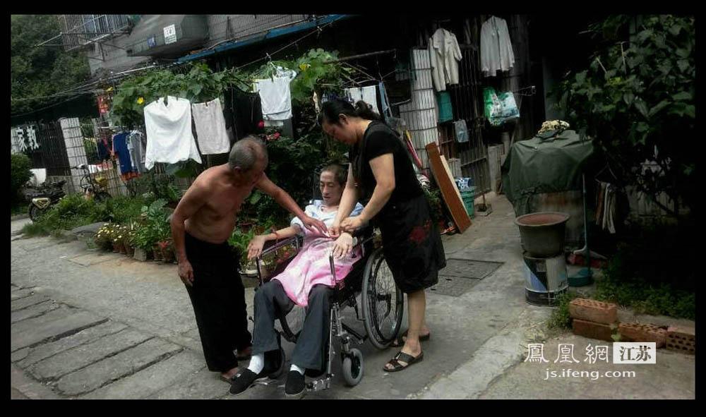 2013年8月,于志国因为感冒引起肺炎,经此大病,元气大伤,大热天也得穿着长裤盖着毯子。现在于志国难得出门,每次下楼都要好几个人帮助。(彭铭/摄 胥大伟/文)