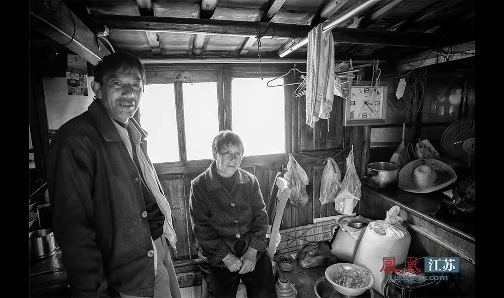 """64岁的于光州(右)和老伴也是秦淮河上的渔民,在船上生活了几十年,祖祖辈辈都是""""船上人""""。因为河里如今已打不到多少鱼了,她和老伴就自费买了份养老保险,靠此生活。年事渐高,于光州越发觉得活的无力。她说自己早不想继续干渔民这个行当了,就想着哪天能够上岸过几天安生日子。(林琨/摄 胥大伟/文)"""