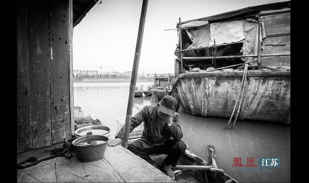 """王扣子时常念叨:""""世上三样苦,撑船、打铁、磨豆腐。""""渔民中还流传着一句话,""""鱼死不闭眼,网干不来钱。""""他一直认为渔民这个职业又苦又低贱,""""打一辈子穷一辈子,弄不好还要穷三代"""",所以他坚决不让子女""""再受这份罪""""。据了解,秦淮河上仅剩的这四十几户渔民,没有一户渔民家的子女继续从事渔民这个职业。(林琨/摄 胥大伟/文)"""