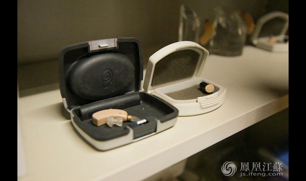 """""""申请到人工耳蜗毕竟是少数,2000人中可能只能争取几百台。名额有限,所以必须用在'刀刃'上,筛选出更适合佩戴人工耳蜗的孩子。""""朱院长说。据了解,去年江苏省申请成功的四五百例人工耳蜗,仪器为国家采购,家长只需支付住院费。但实际上,做人工耳蜗手术的孩子远不止这个数,因为有些孩子根本等不起,家长只能选择自费。(胥大伟 徐然/文 毛寿皓/图)"""