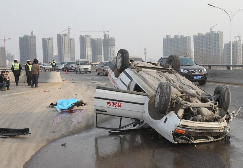 1月12日下午,在郑州市西三环与科学大道立交桥上,一辆行驶中的教练车将一位六旬环卫工撞击身亡.