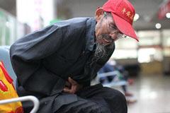 82岁老人义务补路25年 已胃癌晚期