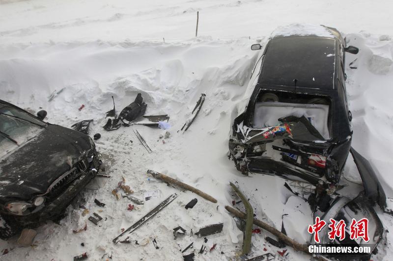 黑龙江暴雪 数十辆车连环追尾