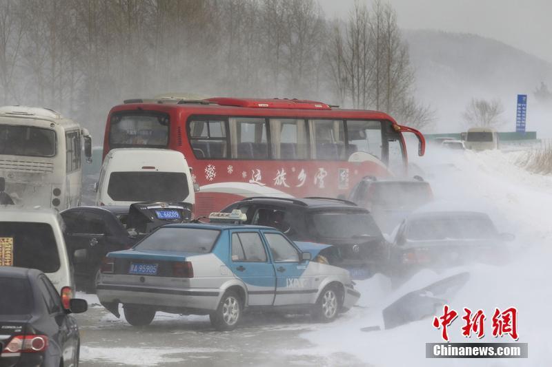 2014年2月2日,黑龙江,受风雪恶劣天气影响,绥哈高速发生数十辆