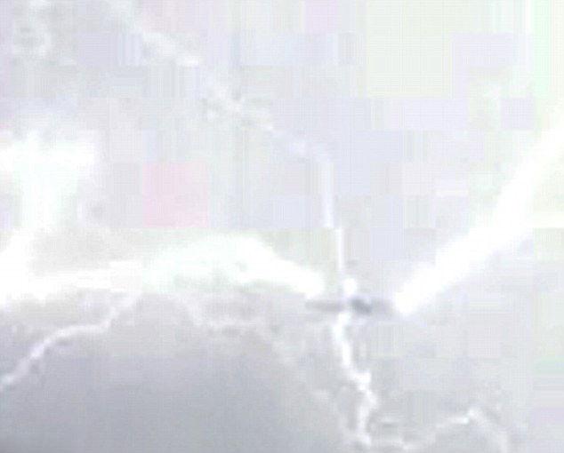 客机遭闪电袭击瞬间 - 月  月 - 阳光月月(看新闻)
